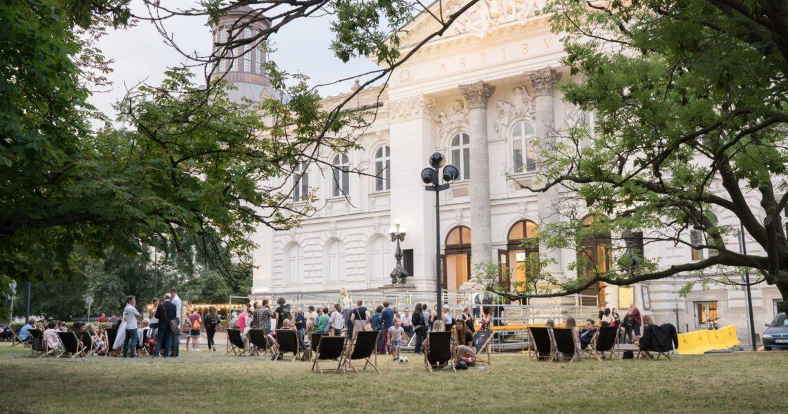 Działania tymczasowe na placu przed Zachętą